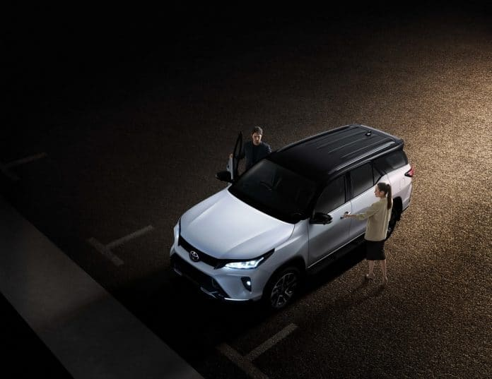 tran-xe-toyota-fortuner-2021-tai-thai-lan-muaxe-net-696x537